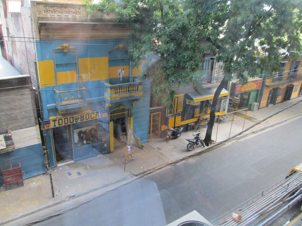Foto de uma rua de La Boca (tirada pela janela do estádio)